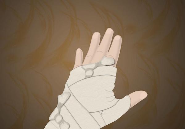 бинуем запястья для создания костюма мумии