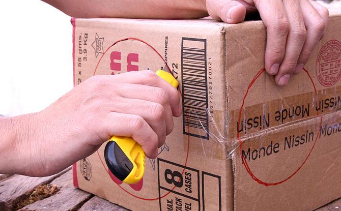 Вырезаем отверстия в коробке