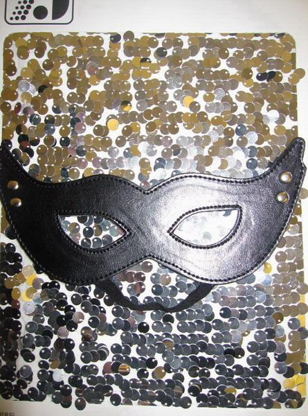 Черная кожаная маска