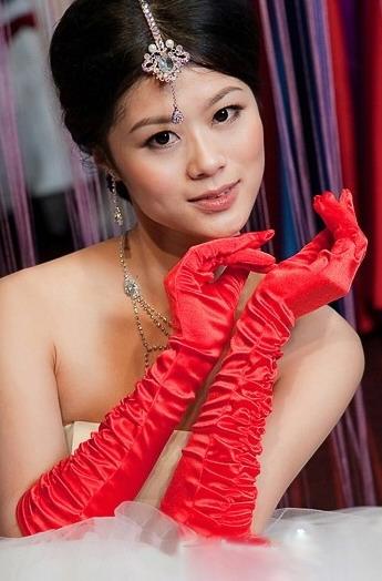 Красные элегантные перчатки