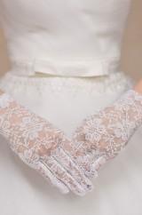 Белые перчатки с цветами