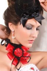 Воротник с красным цветком